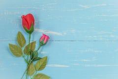 Wunderbare rosafarbene Blumen auf Weinleseholz Lizenzfreies Stockfoto