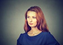 Wunderbare Rothaarigefrau im Blau lizenzfreie stockfotografie
