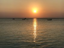 Wunderbare Sonnenuntergänge über dem schönen Wasser von Sansibar Stockfotografie