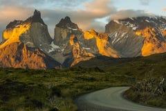 Wunderbare Sonnenuntergangberglandschaft Straße im Nationalpark Torres Del Paine, Chile Lizenzfreies Stockfoto