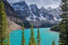Wunderbare Türkiswasserfarbe an der See-Moraine Stockfotos