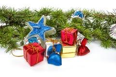 Wunderbare Weihnachtsdekoration mit Tannenbaum und Ornamentals Lizenzfreie Stockfotografie