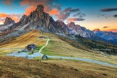 Wunderbarer alpiner Durchlauf mit hohen Spitzen im Hintergrund, Dolomit, Italien Stockfotografie