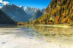 Wunderbarer alpiner See mit hohen Spitzen im Hintergrund, Dolomit, Italien Stockfotografie