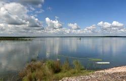 Wunderbarer Himmel und Reflexion nach Wasser lizenzfreies stockfoto