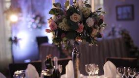 Wunderbarer Hochzeitsblumenstrauß auf Tabelle stock footage