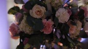 Wunderbarer Hochzeitsblumenstrauß auf Tabelle stock video