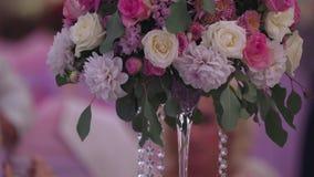 Wunderbarer Hochzeitsblumenstrauß auf Tabelle blackmagic ursa Mini-4,6k stock footage