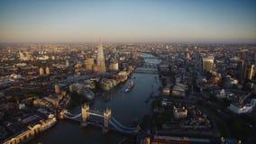 Wunderbarer Luftbrummenflug über moderner Architektur von London-Stadtzentrum auf der Themse stock video
