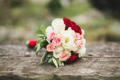 Wunderbarer Luxushochzeitsblumenstrauß von verschiedenen Blumen stockbilder