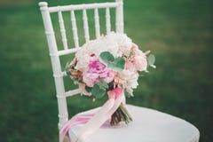 Wunderbarer Luxushochzeitsblumenstrauß von verschiedenen Blumen lizenzfreie stockbilder