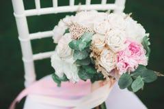 Wunderbarer Luxushochzeitsblumenstrauß von verschiedenen Blumen stockbild