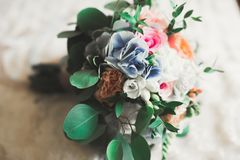 Wunderbarer Luxushochzeitsblumenstrau? von verschiedenen Blumen stockfotografie