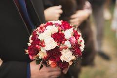 Wunderbarer Luxushochzeitsblumenstrau? von verschiedenen Blumen lizenzfreie stockbilder