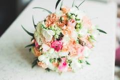 Wunderbarer Luxushochzeitsblumenstrau? von verschiedenen Blumen stockfotos