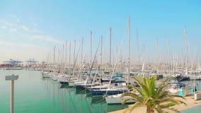 Wunderbarer Morgen des Yachtclubs im Wertigkeitshafen Die geparkten Yachten schaukeln auf Wellen Segelboote werden durch das Meer stock video footage