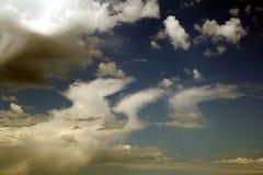 Wunderbarer Sommerhimmel mit Wolken Stockbild