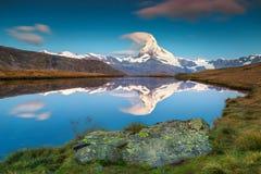Wunderbarer Sonnenaufgang mit Matterhorn-Spitze und Stellisee See, Wallis, die Schweiz Stockfotografie