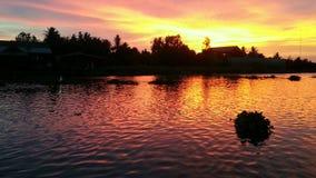 Wunderbarer Sonnenuntergang über dem Fluss stockbilder