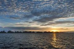 Wunderbarer Sonnenuntergang in Indonesien-Ozean lizenzfreie stockbilder