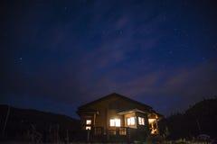 Wunderbarer sternenklarer Himmel über dem Gutshaus lizenzfreies stockfoto