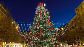 Wunderbarer und großer Weihnachtsbaum in Pertini-Quadrat von Ancona, Marken Region, Italien lizenzfreies stockfoto