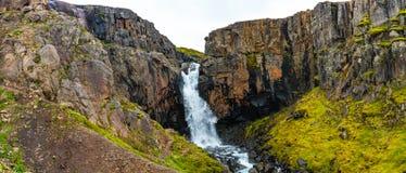Wunderbarer und hoher Wasserfall Fardagafoss nahe Egilsstadir auf Eas lizenzfreie stockfotografie