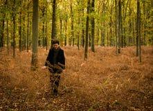 Wunderbarer Weg im Herbstwald Stockfotografie