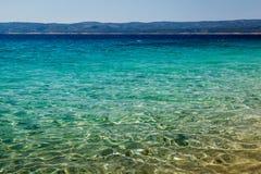 Wunderbares adriatisches Meer mit tiefer blaues Wasser-naher Spalte Lizenzfreies Stockfoto