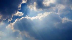 Wunderbares cloudscape mit Strahlen des Sonnenlichts lizenzfreies stockfoto