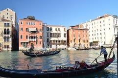 Wunderbares Foto bei Sonnenuntergang Grand Canal s mit einem Gondolieren In The Foreground in Venedig Reise, Feiertage, Architekt stockfotografie