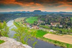 Wunderbares Frühlingspanorama mit der Elbe, Bastei, die sächsische Schweiz, Deutschland Lizenzfreies Stockbild