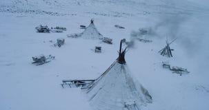 Wunderbares gefangennehmendes Video des Brummens von der Spitze der yurts mitten in Tundra in der Arktis stock video footage