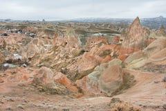 Wunderbares Landschaftsbild von roten Felsen in einem Wintergebirgstal Stockbild