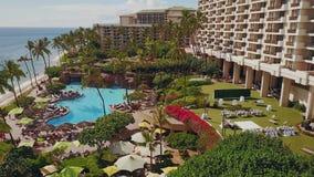 Wunderbares Luftbild von blauem Ozean, luxuriöser Swimmingpool mit entspannen sich Zone, Terrasse für Heiratsfeier nahe stock video