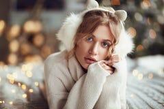 Wunderbares Modell in der gemütlichen Winterausstattung Stockfoto