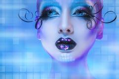 Wunderbares Porträt des vorbildlichen Schauens der Schönheit weg auf blauem backgrou Stockbilder