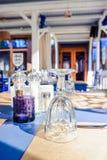 Wunderbares Restaurant in einer Dachbodenart Regale mit Tellern und Ausrüstung Tabellen bereit zu den Kunden Traditionelles Mitte stockfotografie