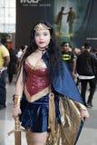 Wunderfrauenkostüm der Frau tragendes an komischem Betrug NY Stockfotografie