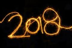 Wunderkerze 2018 des neuen Jahres auf einem schwarzen Hintergrund Lizenzfreie Stockfotografie