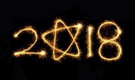 Wunderkerze 2018 des neuen Jahres auf einem schwarzen Hintergrund Stockbilder