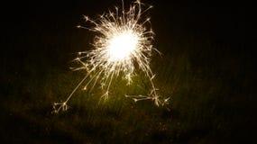 Wunderkerze im Gras Stockfotos