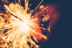 Wunderkerze-Weihnachten und neues Jahr-Partei im Winter Willkommen zum 2018 Art-Weinlese-Ton Lizenzfreie Stockfotografie