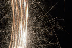 Wunderkerzen; Feuerwerke; Brennen; Gold; Feuer; heiß; Flamme; Newyear; Funkeln; Funken; Brände; Licht; Feier; schön; Weihnachten Lizenzfreie Stockfotografie