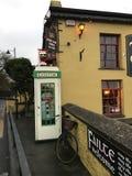 Wunderliche irische Szene der Telefonzelle und des Fahrrades Stockbilder