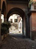Wunderliche italienische Stadtgasse stockbild