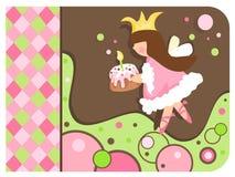 Wunderliche Prinzessin, die einen kleinen Kuchen anhält Lizenzfreie Stockfotografie
