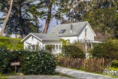 Wunderliches Haus im Land lizenzfreies stockbild