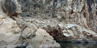 Wundern Sie sich Berg mit Fluss maa narmada, Jabalpur Indien Lizenzfreie Stockbilder