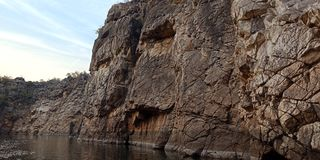 Wundern Sie sich Felsen oder Berg mit Fluss maa Narmada, Jabalpur Indien stockfoto